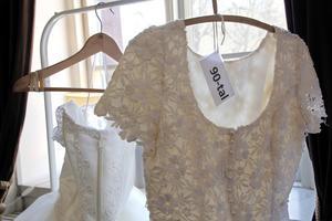 Ett tjugotal brudklänningar har Ulla Pedersen samlat på sig sedan hon började sy sådana på 1980-talet.