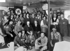 Adolf Hitler tillsammans med sina partimedlemmar 1930. Foto: Okänd
