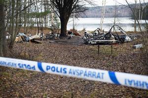 Flera husvagnar utbrunna i kraftig brand i Svartvik.