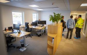 Kontor och arbetsplatser finns utspridda i flera delar av den nya byggnaden.