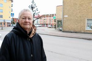 """81-åriga Birgitta Ahlberg från Kumla gissade rätt  i NA:s årliga tävling """"Julbyn"""" och vinner konstnären Ingvar Bilocks målning av Lännäs."""