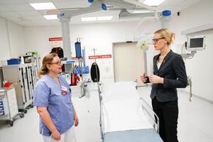 Foto: PressbildHillevi Nilsson, medicinskt ansvarig på akutmottagningen tillsammans med Erika Ullberg, (S) Oppositionslandstingsråd.