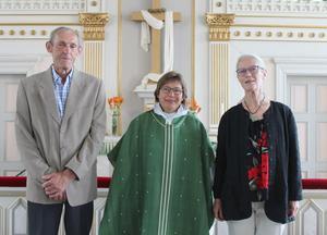 Nils-Erik Andersson, Kakuåsen, kyrkoherde Elisabeth Björklund och Karin Persson, Gåxsjö. Foto: Linnea Wikberg