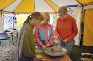 Julia Mogren provar på att knyppla med hjälp av Margareta Eneskog till höger.
