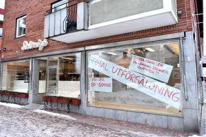 Sista chansen för att handla kläder på Solveigs har kommit och gått. De kommer dock fortsätta försäljningen i mindre skala i Rättvik i anslutning till ateljén Solveigs Anna.