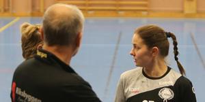 Jessica Eriksson deppar inte, trots att HF Rimbo har förlorat samtliga seriematcher så långt.