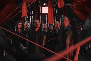 De sju medlemmarna i Kill the Kong, metalbandet från Västerås med stor fanskara som är på väg att lyfta. Foto: David Andersson