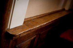 Trädetaljer och smakfulla paneler klär rum efter rum.