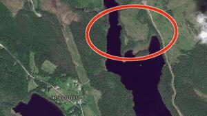 Enligt räddningstjänsten brinner det i det inringade området intill Spiggsjön.