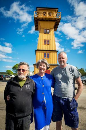 Det 16 meter höga tornet är något lägre än originalet i Svartvik. Det har placerats mellan den obemannade macken och restaurangen Pink Ladies och ska inrymma turistinformation. Från vänster, Asbjörn Sjöö, Svartviksdagarna, Margareta Nordström, vice ordförande för Svartviksdagarna och projektledare för tornbygget och  Håkan Zaar, snickare.