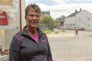 Inger Johansson på Maskin & Profil påminns om den tragiska branden 2014 när hon tittar ut från fönstret i sin butik.