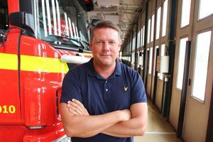 """Han har besökt räddningsstationer i landet som ryckt ut på skogsbränder hundratals gånger i sommar. """"Mitt intryck är att det har varit tufft, men ändå fungerat. Men vi behöver vara fler"""", säger Tobias Baudin, ordförande för fackförbundet Kommunal."""