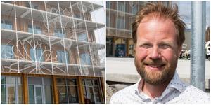 Lägenheterna i femvåningshuset med det mönstrade metallnätet är klara för inflyttning. 23 köpare får tillträde till sina bostadsrätter den 15 december, enligt Slättös Johan Arvidsson.
