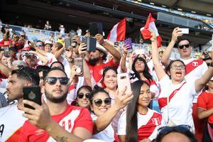 Peruanska fans inför lördagens fotbollslandskamp mellan Sverige och Peru på Ullevi i Göteborg, ett genrep inför stundande VM. Bild: Adam Ihse/TT