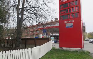 På en bensinmack i Östersund kostar bensinen närmare 17 kr litern.