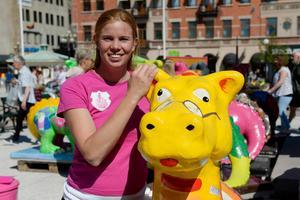 Julia Gadelius, projektarrangör, tillsammans med nya draken Folkis.