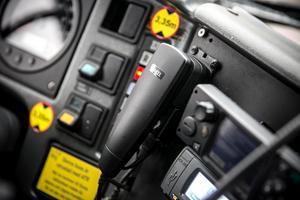 Kommunikationsradions lur får inte användas under färd, ej heller vid rödljus eller i bilköer.