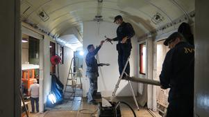 Peter Ödéen, Stein Jensen och Lars Hessler i full färd med vagnsrenoveringen. Väggarna ska målas och reglar monteras upp.