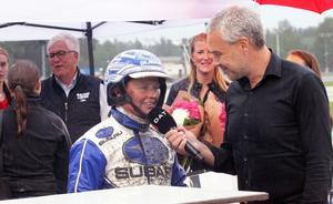 En mycket glad och tacksam Kajsa Frick intervjuas av Patrick Sjöö efter segern i Damloppet.