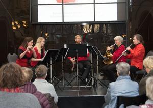 Nordiska Blåsarkvintetten – Maria Garlöv Thorsell, Lydia Holmlund, Andreas Lyeteg, Maria Granberg och Eva Lauenstein. Det är 22:a året som Julens Pärlor spelas.