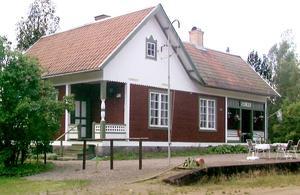 Det mer än 100 år gamla stationshuset ger karaktär åt den lilla byn.