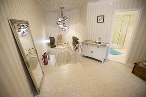 När gästerna kommer upp till övervåningen finns  öppna sällskapsytor, badrum och sovrummen.