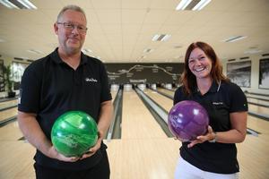 På fredag kväll är den nya läktaren på plats och en speaker som hjälper publiken att följa spelet. Mikael och Sarah ser fram mot en häftig bowlingshow i Moraparken.