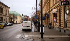 December 2018. Köpmangatan är en livlig gata. Här finns bland annat restauranger, frisörer och Konsertteatern.