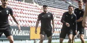 Provspelande Yaser Kasim, mitt uppe i en omgång kvadde under fredagens träning. Till höger, ÖSK-spelarna Agon Mehmeti och Arvid Brorsson.