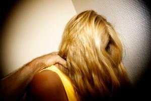En man från Hedemora kommun har åtalats misstänkt för två fall av kvinnomisshandel samt ett fall av olaga hot. Brotten ska ha begåtts i Säters kommun och mannen ska bland annat hotat att kasta in en molotovcocktail i ett sovrum. OBS: Bilden är arrangerad.  Foto: Claes Söderberg/Arkiv