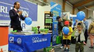 Martin Berggren-Lysell delade ut reklam så det stod härliga till. Här får ett par unga blivande kunder ballonger.