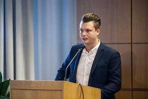 Kommunstyrelsens ordförande Johan Andersson (C), ser ut att räddas av engångseffekter i budgeten.