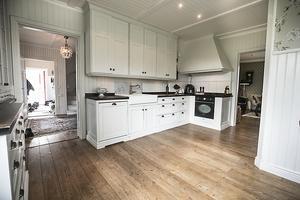 Köket är renoverat i tidsenlig stil.
