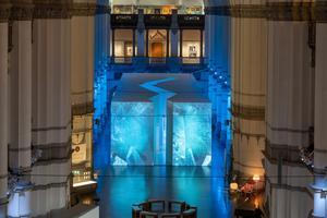 Utställningens centrala del är en stor gestaltning av ett isblock skapat av konstnärs- och designduon Sofia Hedman och Serge Martynov. Pressbild: Hendrik Zeitler/Nordiska museet