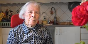 Karin Hansson, 89 år, upplever att vården har sopat Attos ärende under mattan.