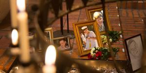 Blommor och ljus till minne av 19-åriga Simon Gustafsson som föll offer för det meningslösa våldet för ett år sedan.