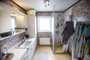 Badrummet är orört. Tanken är att renovera det efter att ett nytt badrum byggts nere i källaren.