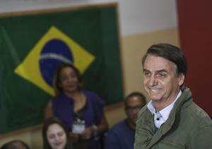 Jair Bolsonaro, presidentkandidat, anländer för att lägga sin röst i presidentvalets andra omgång, i Rio de Janeiro i Brasilien söndag 28 oktober 2018. Foto: Ricardo Moraes/Pool Photo via AP.