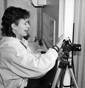 Anneli Nilsson var en del av fotofirman som riggade upp en ateljé på skolan. Många ville fotografera sig och firman hade fullt sjå att hinna med att framkalla och kopiera bilderna.