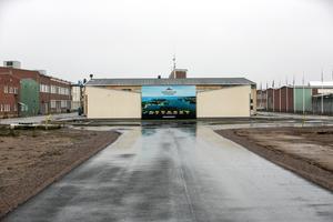Som bäst håller fabriksområdet där Karlit huserade på att förvandlas till ett bostadsområde. Entreprenören Anders Högberg menar att tvisten kring saneringen inte påverkar bygget.