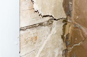 Vid lerklining läggs en blandning av lera och halm över väggtimret.