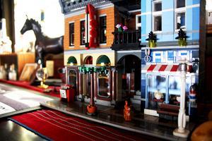 Det lilla legohuset i pub-rummet har familjen byggt tillsammans en jul.