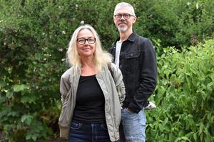 Nina Jemth Öhlund och Pelle Öhlund besökte redaktionen för att ge dagens ros till personalen på Gullogården.
