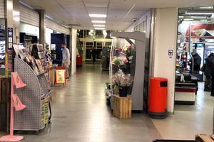 Förbutiken är till vänster och in till höger är butiken med ett par kassor.