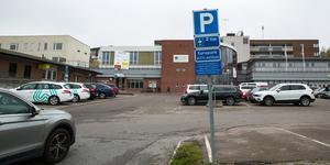 Än så länge gäller max två timmars parkering alla tider på den stora parkeringen i Nykvarns centrum. Men reglerna ska ändras.