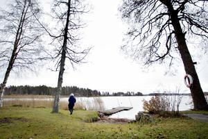 Vattenledningen från Ingers hus går ut i Storsjön till vänster om bryggan.