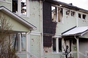 Här spred sig branden från Fredriksgatan 76. Utanför Gunilla Hammarstens hus står resterna av enen som fattade eld och spred branden till takfoten och fasaden på huset.