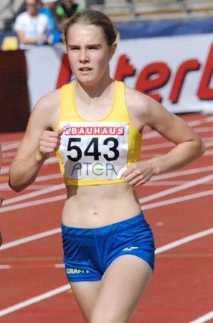 Till vardags tävlar Klara Frih för Åsbro GoIF. På bilden är hon i full fart mot ett brons för Sverige i Finnkampen, som avgjordes nyligen på Stockholms stadion. Foto: Privat