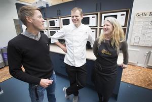 Magnus Lundquist, Gefle Dagblad, kocken Hans Erik Holmqvist och Ann-Helen Persson från föreningen Matvärden planerar Guldtjädergalan som hålls i gasklockorna den 16 maj.