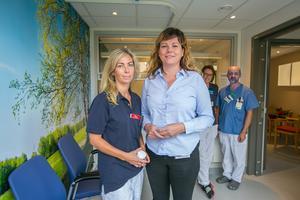 Bakom sjuksköterskan Sara Elofsson, och verksamhetschefen Jessica Nääs står sjuksköterskan Malin Matsson och undersköterskan Lars Månsson. Här i mottagningen kommer även sjuksköterskan Emma Olsson att jobba.